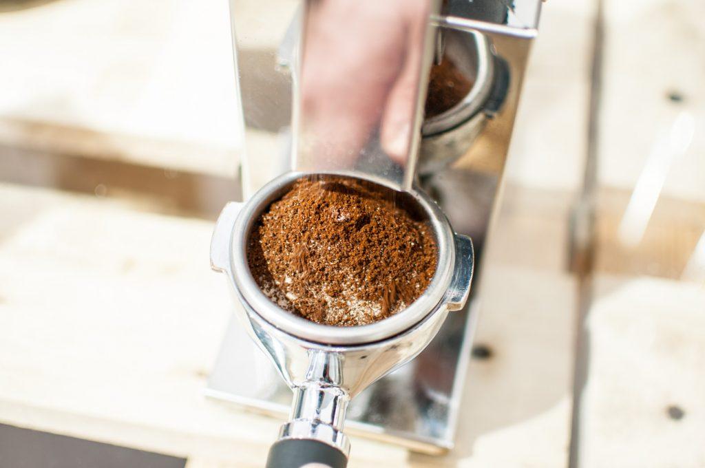 ...wieder gemahlener Kaffee in den Siebträger fällt und kein Mühlenreiniger mehr. Nach diesem Vorgang ist die Mühle wieder bereit zum Einsatz.