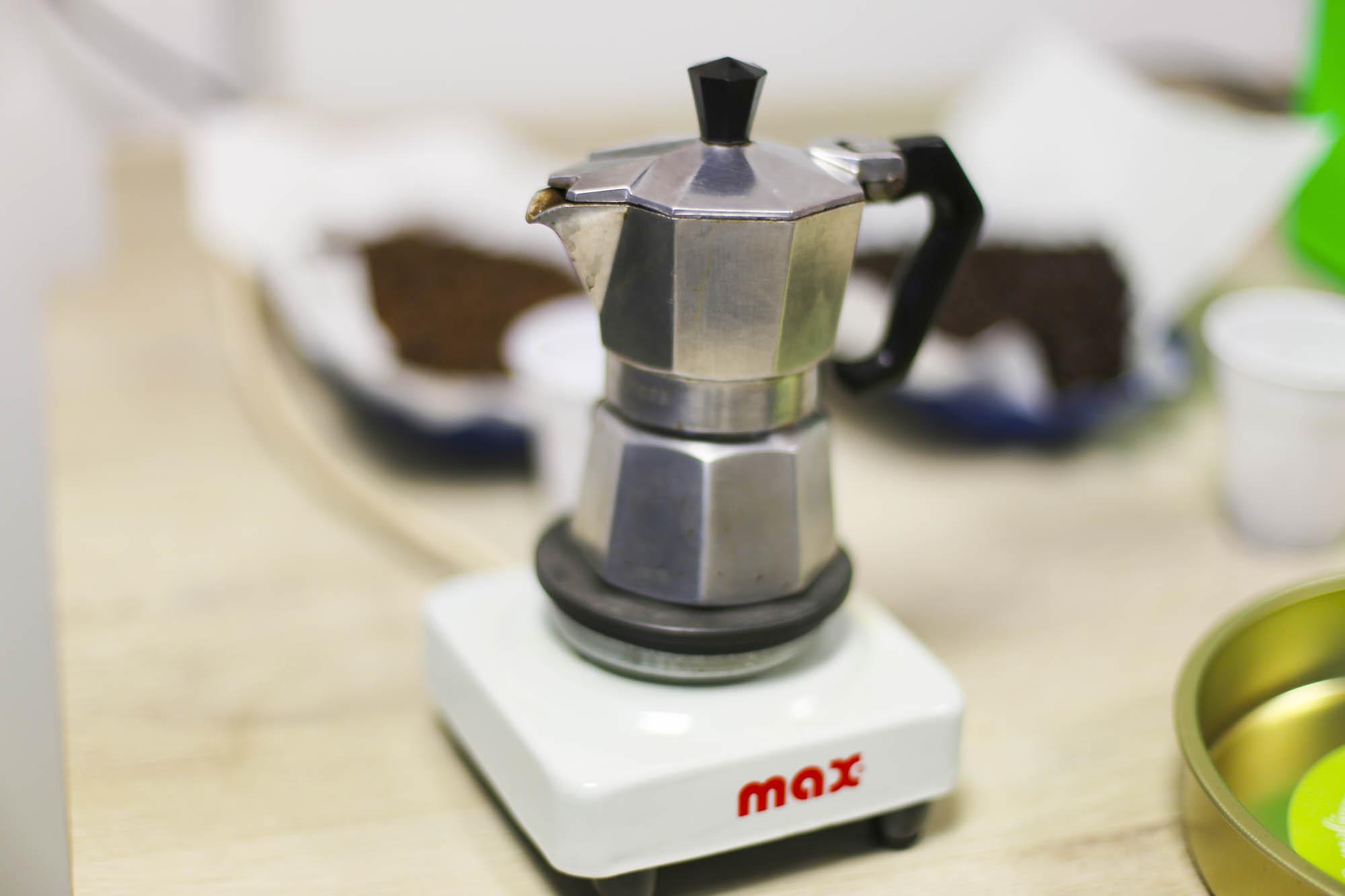 Die Mokkakanne von Alessandro zum Kaffee verkosten