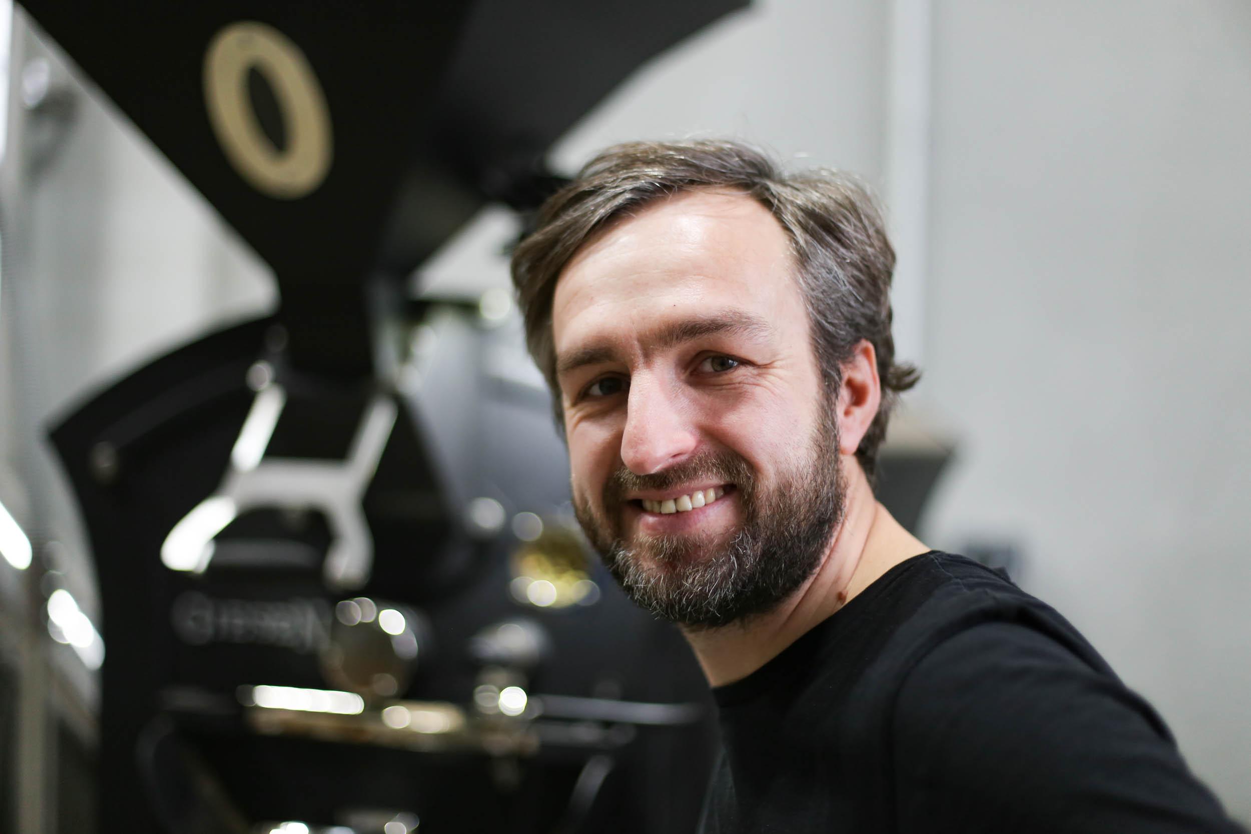 Alessandro vor seiner Rösttrommel